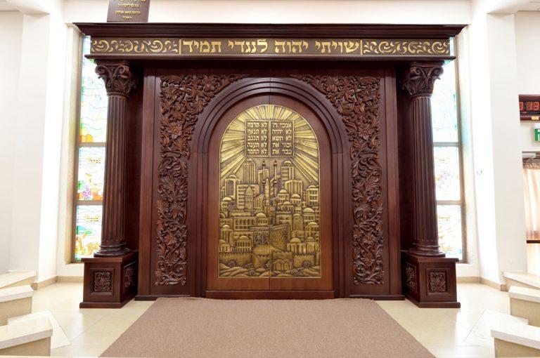בית הכנסת במושב חוסן - רהיטי קיבוץ לביא